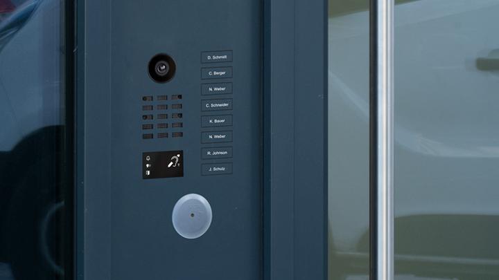 Les interphones vidéo DoorBird sont équipés d'un module PMR et Vigik pour une communication de porte accessible à tous.